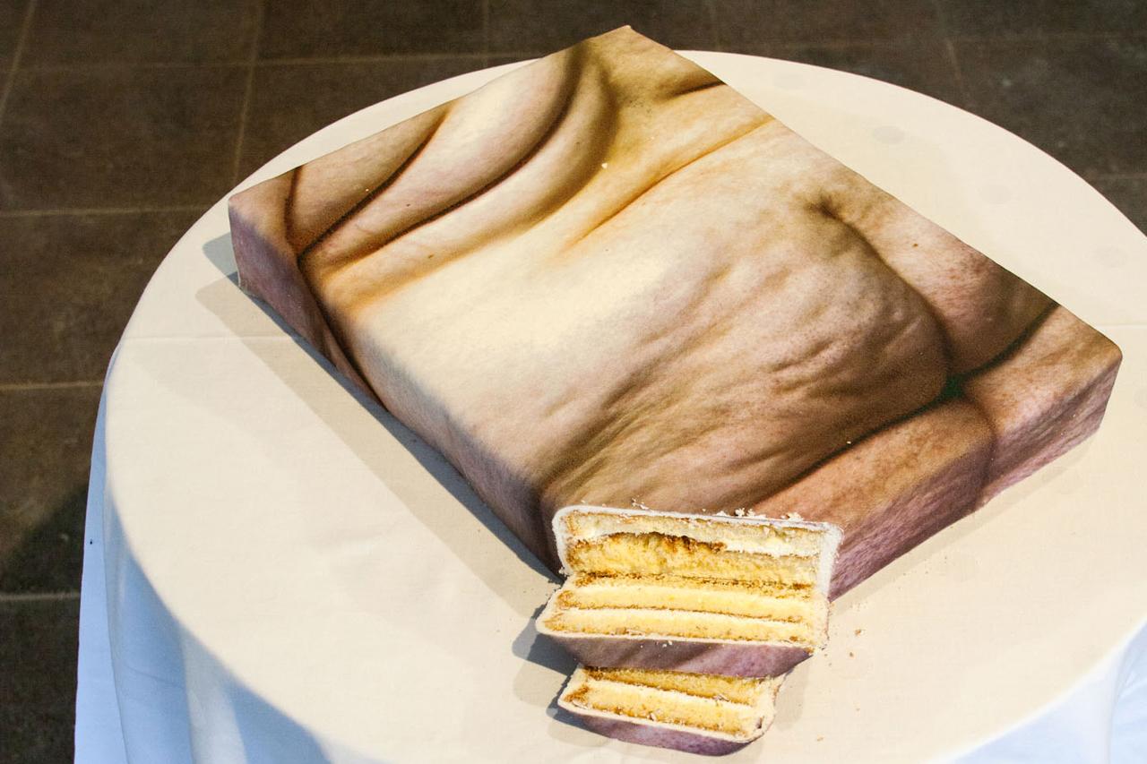 Foto von Julischka Stengele als Kuchenobjekt auf einem Tisch
