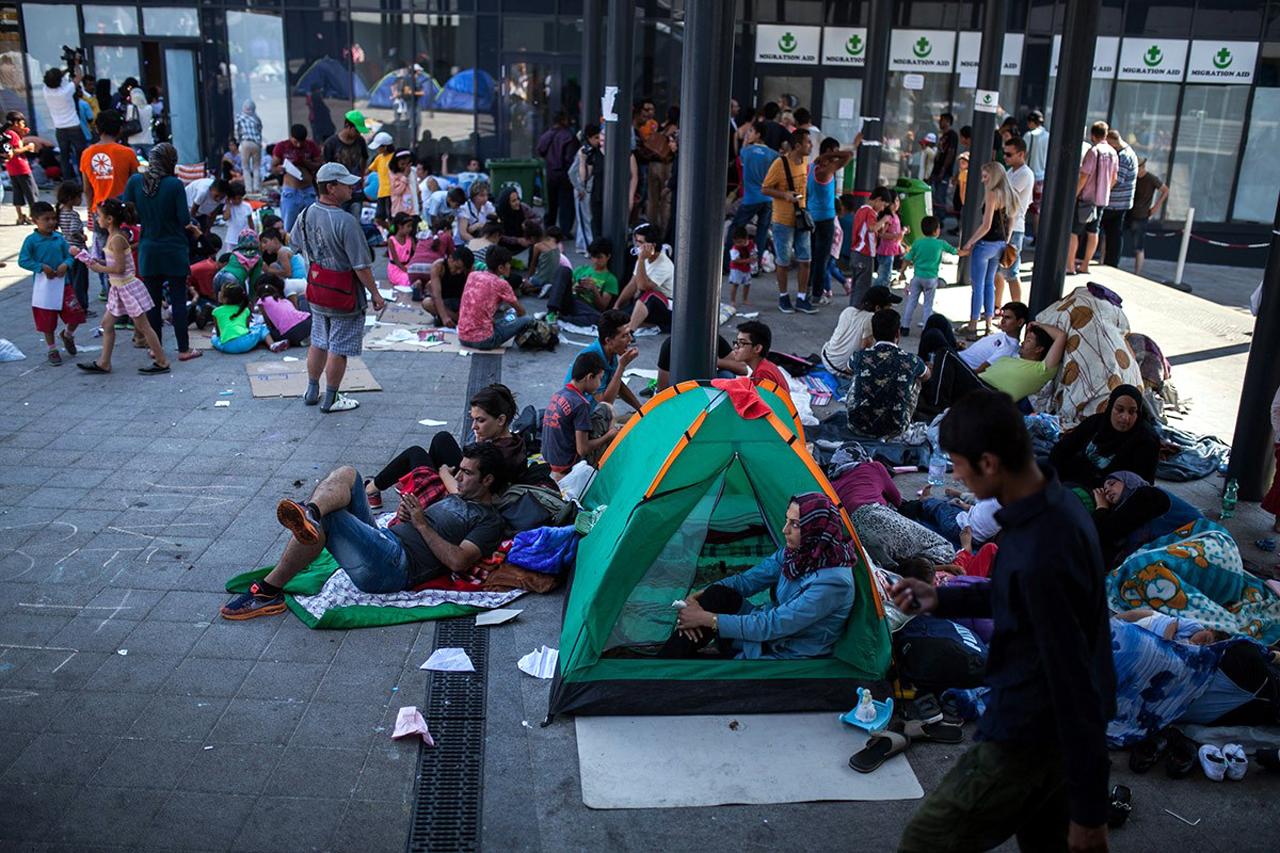 Menschen sitzend auf dem Boden am Keleti Bahnhof