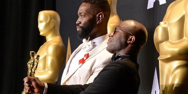"""Moonlight""-Regisseur Barry Jenkins (R) und Drehbuchautor Tarell Alvin McCraney (L) mit dem Oscar"