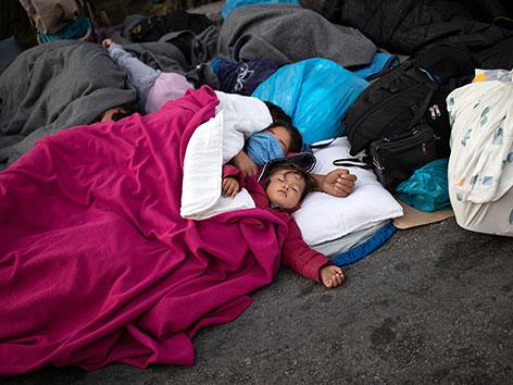 Flüchtlinge schlafen nach dem Brand des Lagers Moria auf Lesbos auf der Straße