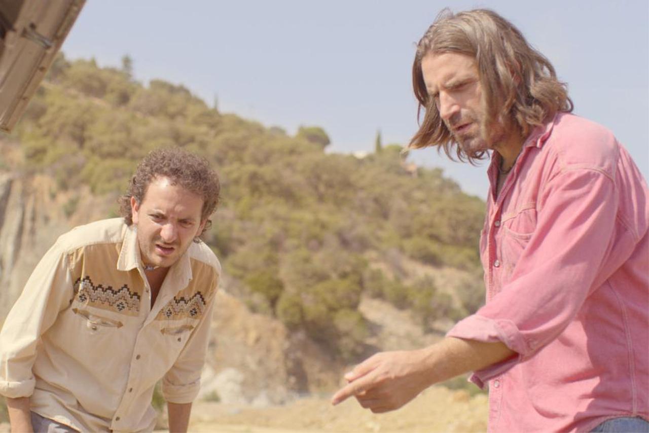 Filmstill: Zwei Männer schauen ungläubig und angewidert auf etwas