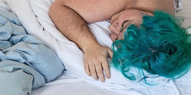 Julischka Stengele liegt schlafend in einem Bett