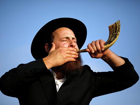 Ein ultraorthodoxer Jude bläst ein Schofar-Horn, Jom Kippur