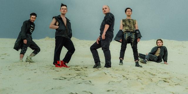 Die Band FLUT auf einer Sanddüne 2020