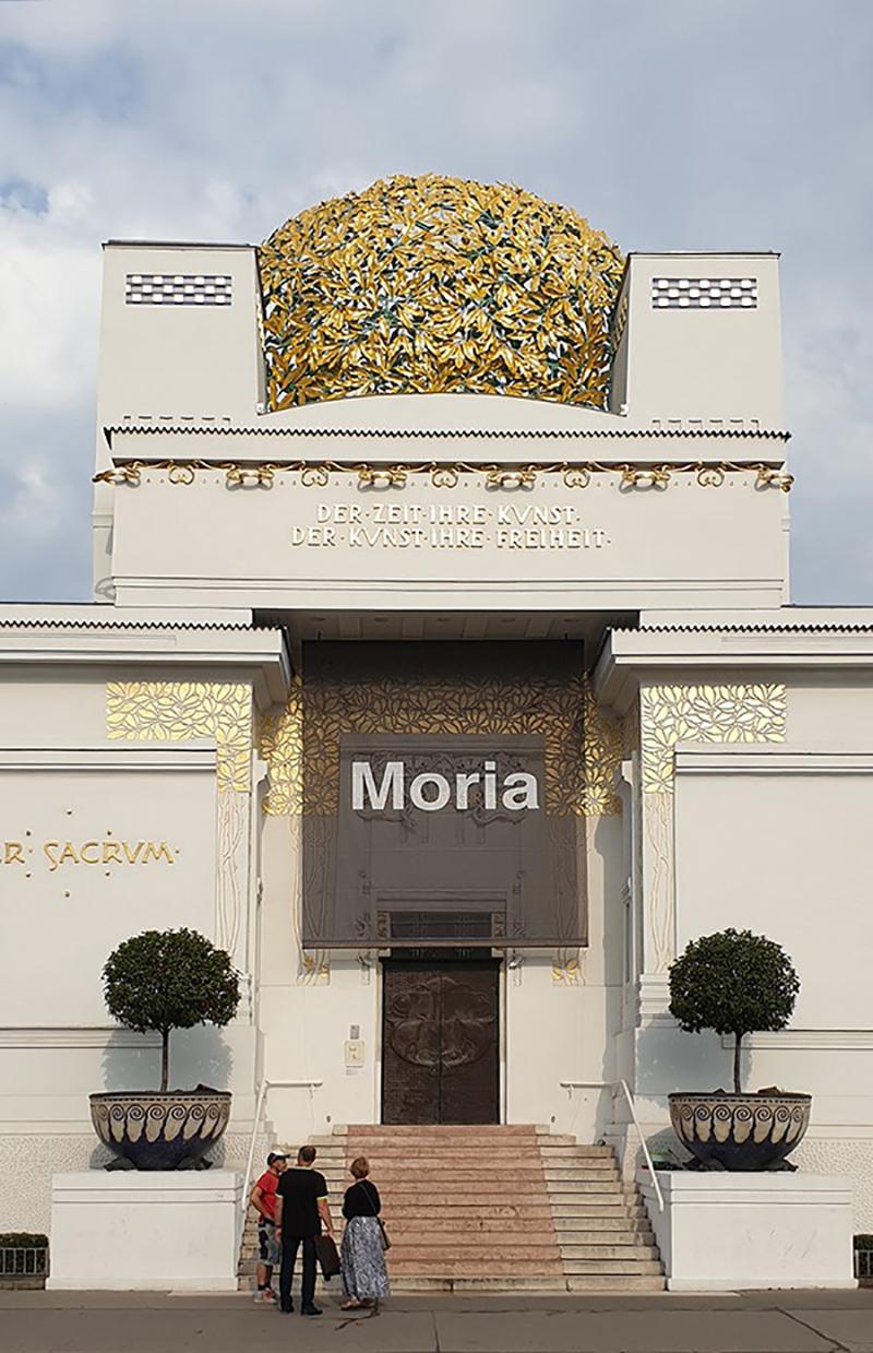 """Wiener Secession mit schwarzem Banner und der Aufschrift """"Moria"""""""