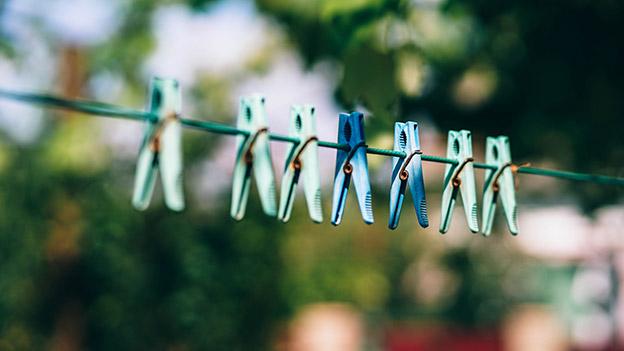 Wäscheklammern auf einer Wäscheleine