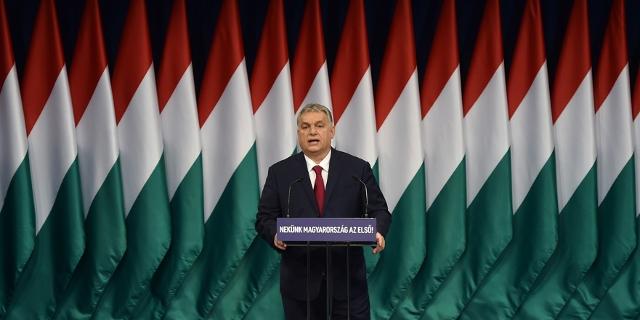 Viktor Orban vor ungarischen Flaggen