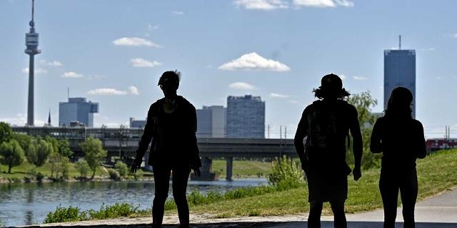 Silhouetten von drei Personen auf der Wiener Donauinsel