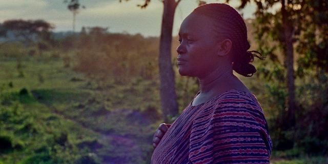 Bäuerin Rehema Namyalo blickt auf das Land