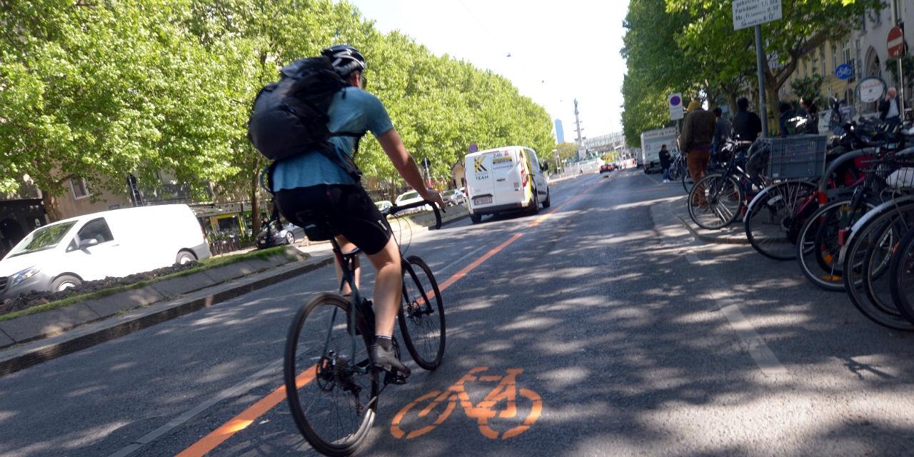 Radfahrer auf dem Pop-Up-Radweg auf der Praterstraße