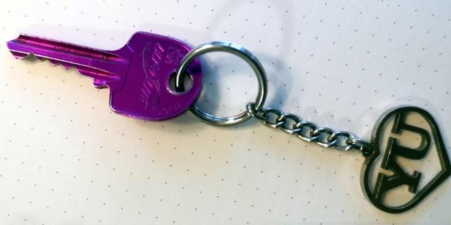 """Schlüssel mit Anhänger in der Form von """"YU"""": Selma Nišić erster eigener Haustorschlüssel zu ihrem ehemaligen Zuhause in Bijeljina"""