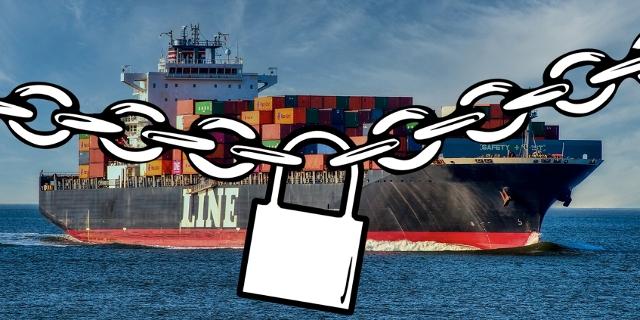 Containerschiff, davor hängt eine Kette mit Schloss