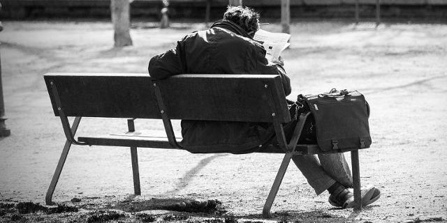 Mann auf einer Parkbank
