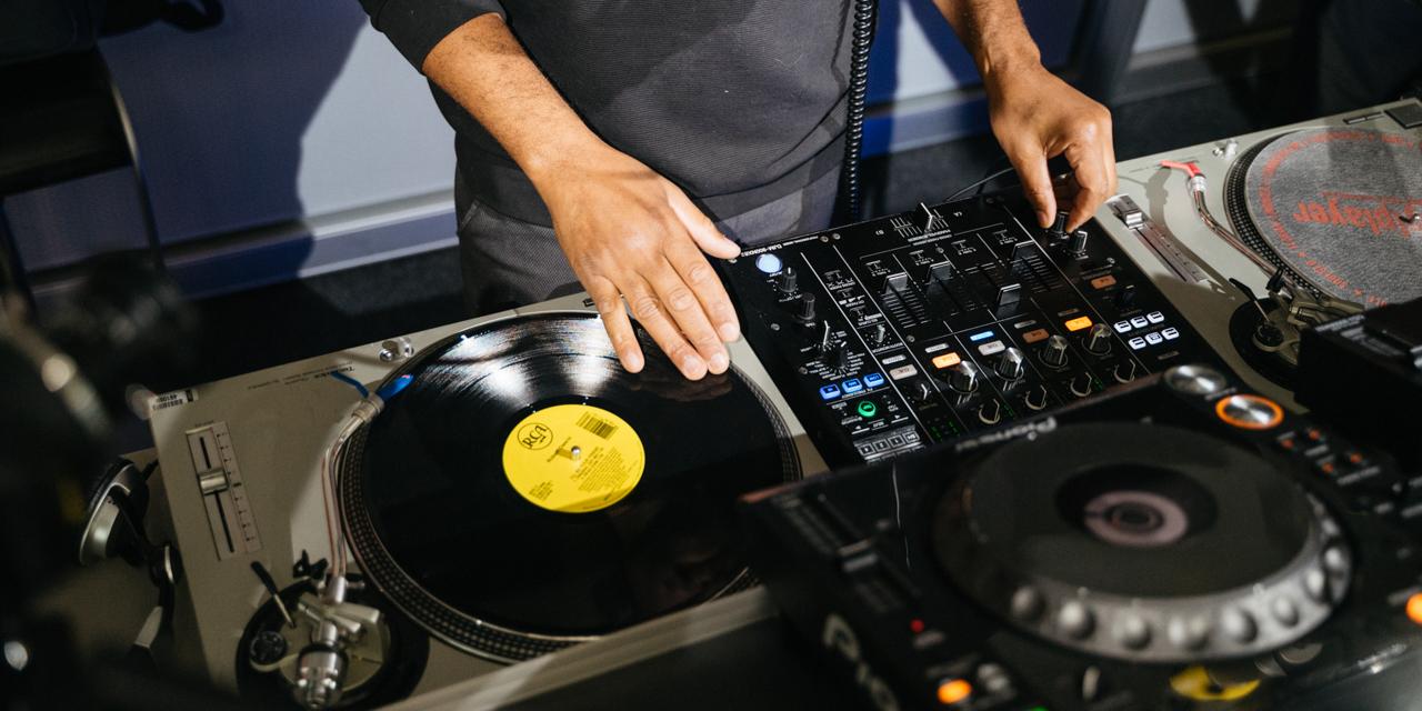 DJ an den Plattentellern