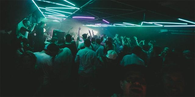 Tanzende Menschen in einem Club