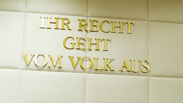 """Schriftzug """"Ihr Recht geht vom Volk aus"""" im Verfassungsgerichtshof"""
