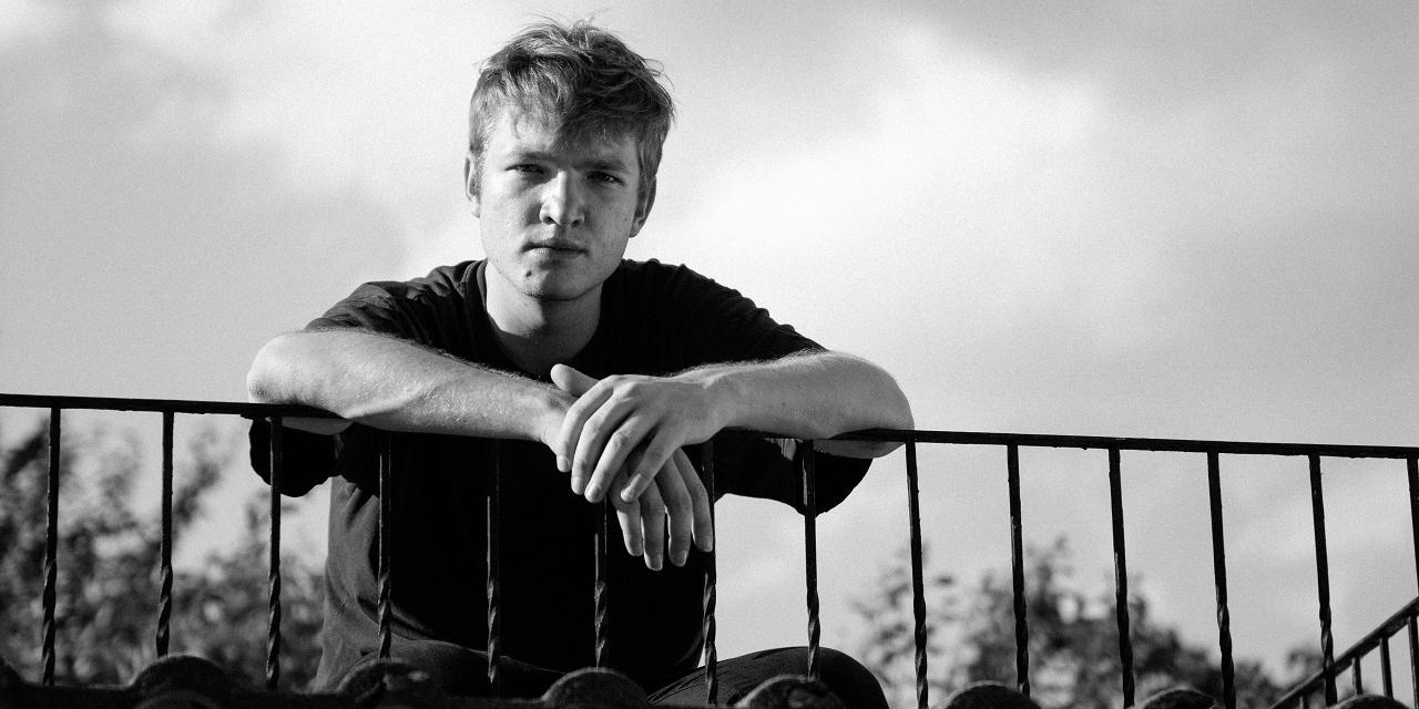 Portraitfoto von Sänger und Songschreiber Felix Kramer