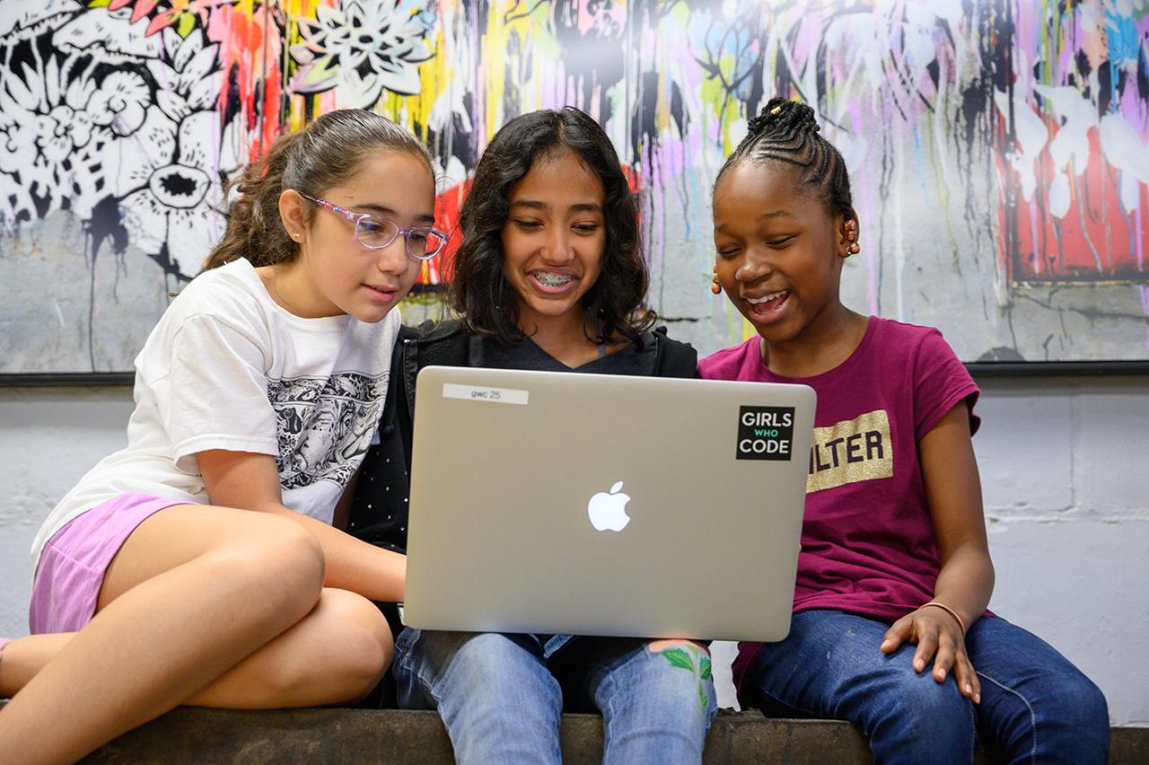 Mädchen bei Girls Who Code vor einem Laptop