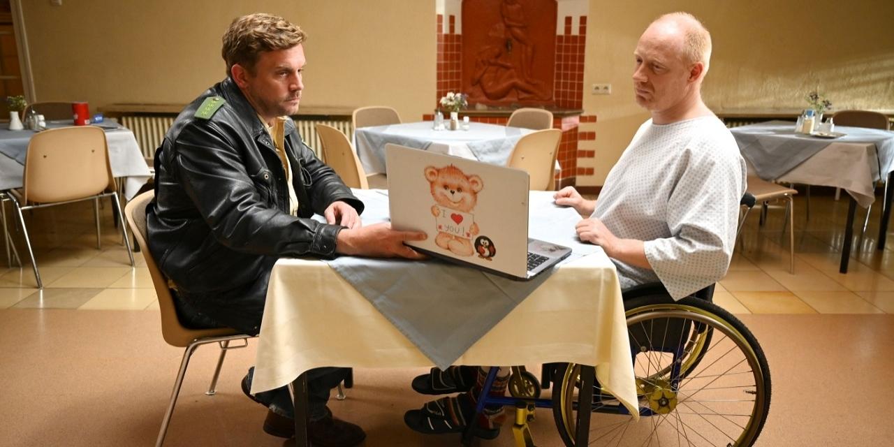"""Simon Schwarz und Sebastian Bezzel in ihren Rollen im """"Kaiserschmarrndrama"""". Sie schauen traurig auf einen Laptop."""
