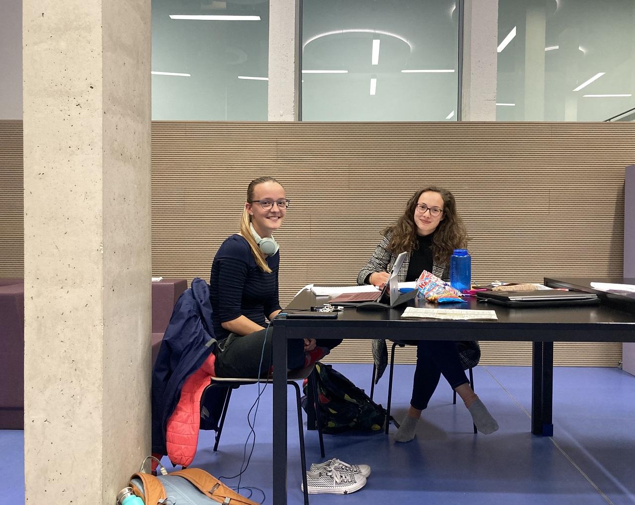 Zwei Studentinnen der Verfahrenstechnik sind froh über die Ruhe in einem Lernraum der Technischen Universität Graz.