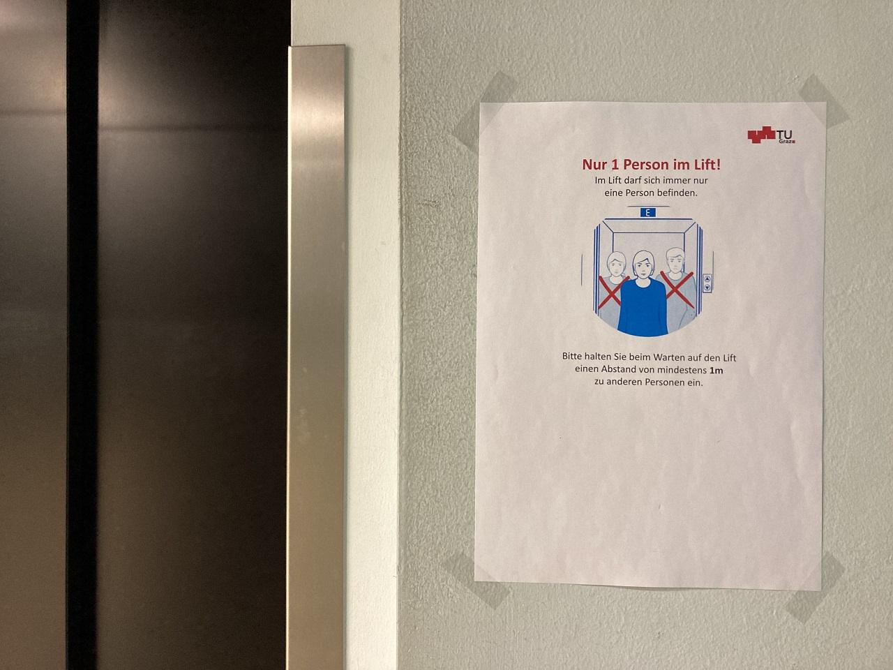 Ein Hinweis informiert, dass nur jeweils eine Person den Lift benutzen darf. An der TU Graz.