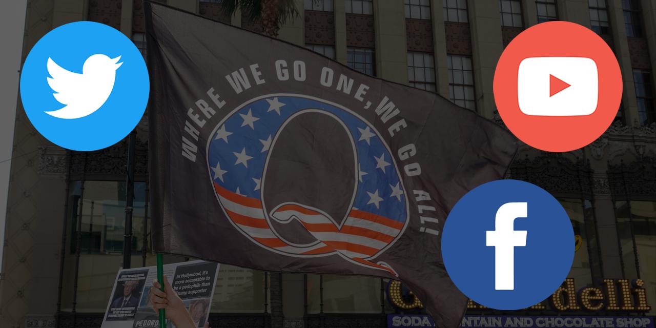 Im Hintergrund: eine QAnon Flagge, darüber Logos von Facebook, Youtube und Twitter