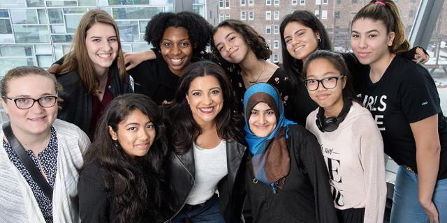 mehrere Mädchen mit der Gründerin von Girls Who Code Reshma Saujani