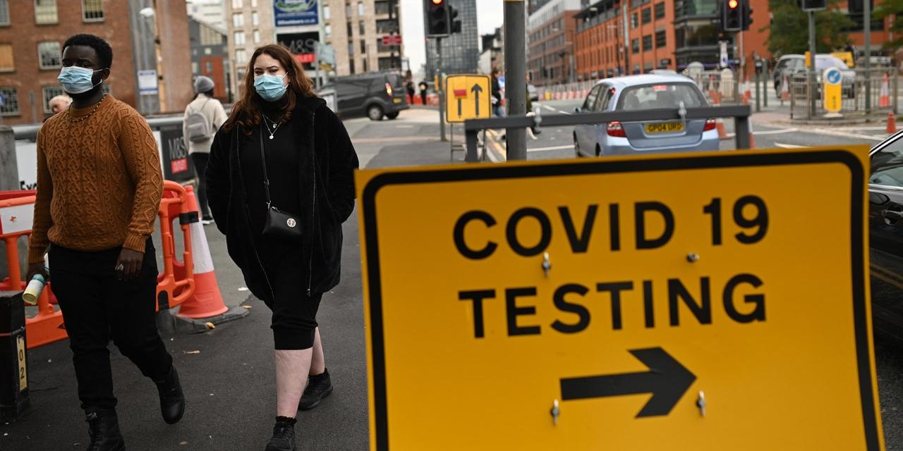 Wegweiser zur Covid-Teststation in Manchester