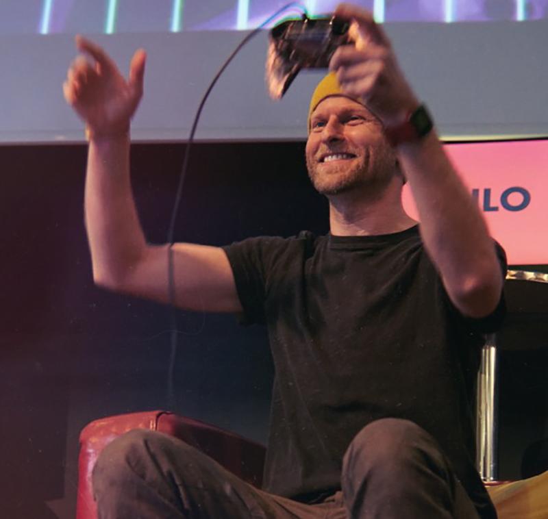 Jürgen Brunner mit einem Gaming Controller in der Hand