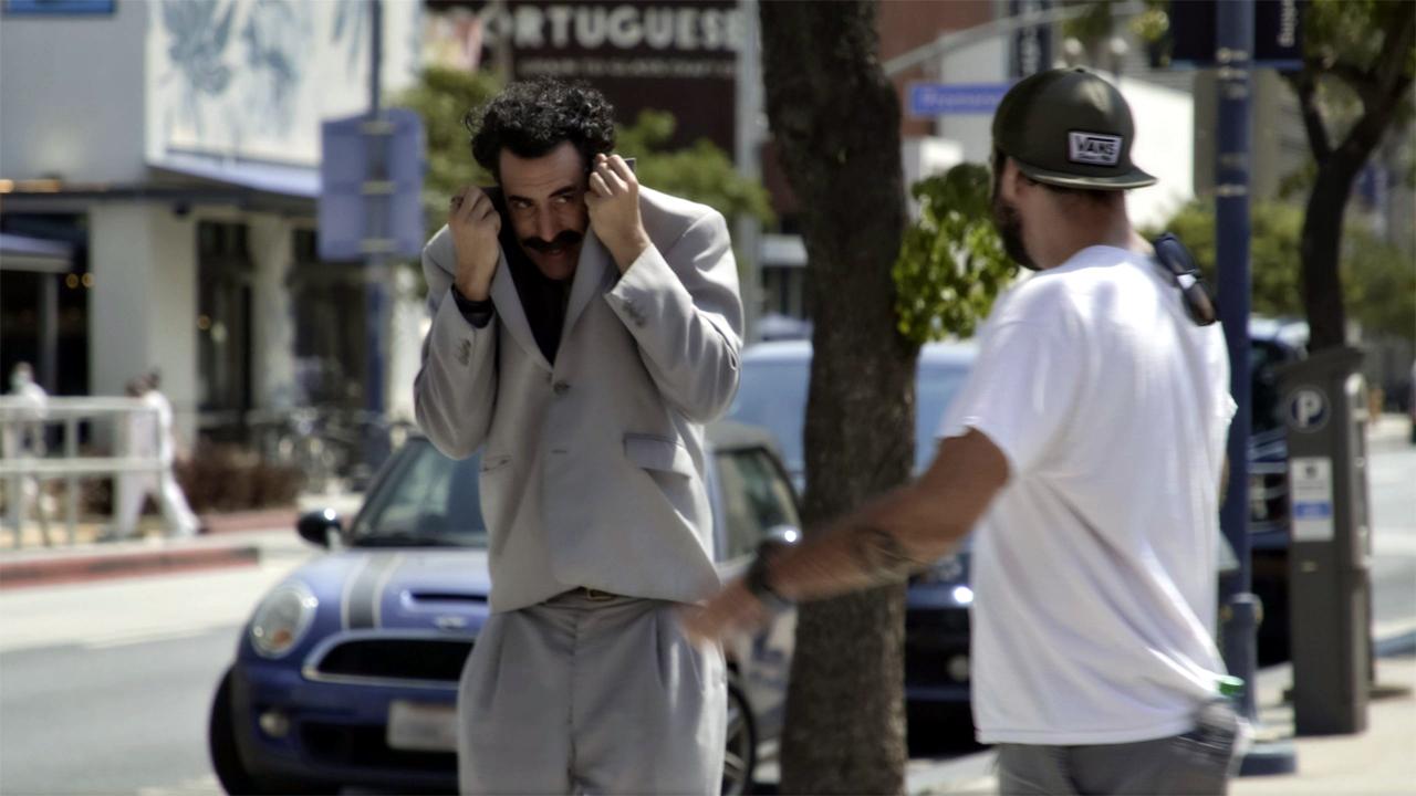 Borat versteckt sich in seinem Jackett