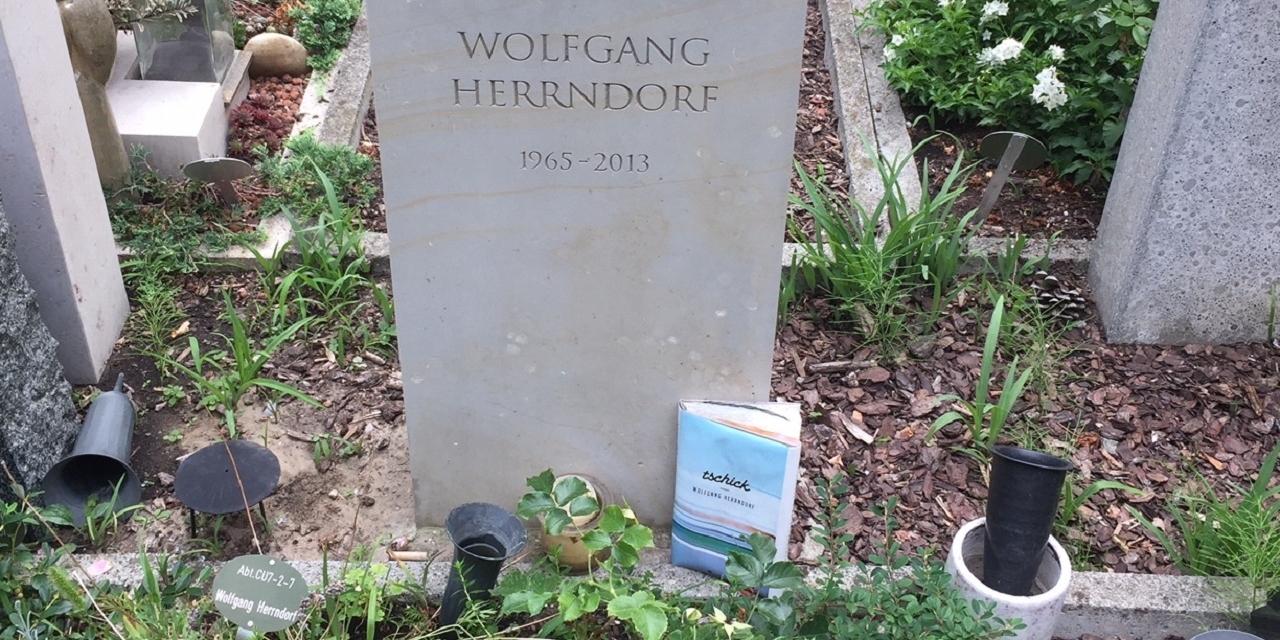 """Zum Grab des Autors Wolfgang Herrendorf hat jemand sein Buch """"Tschick"""" hingestellt."""
