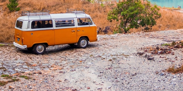 VW-Bus parkt am Ufer