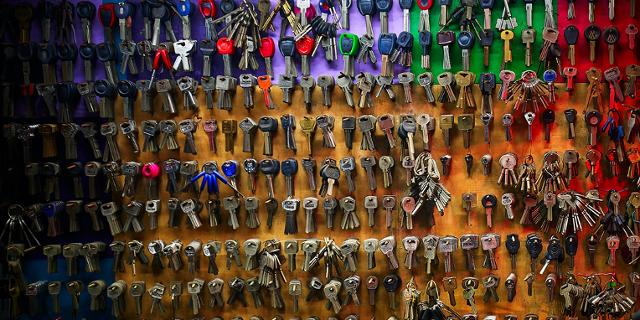 Wand an der viele Schlüssel in verschiedenen Farben hängen