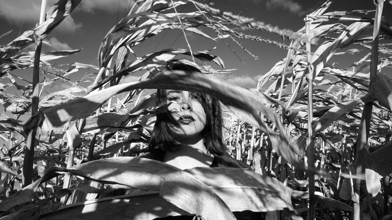 schwarz weißes Foto von Aida Arko im Feld