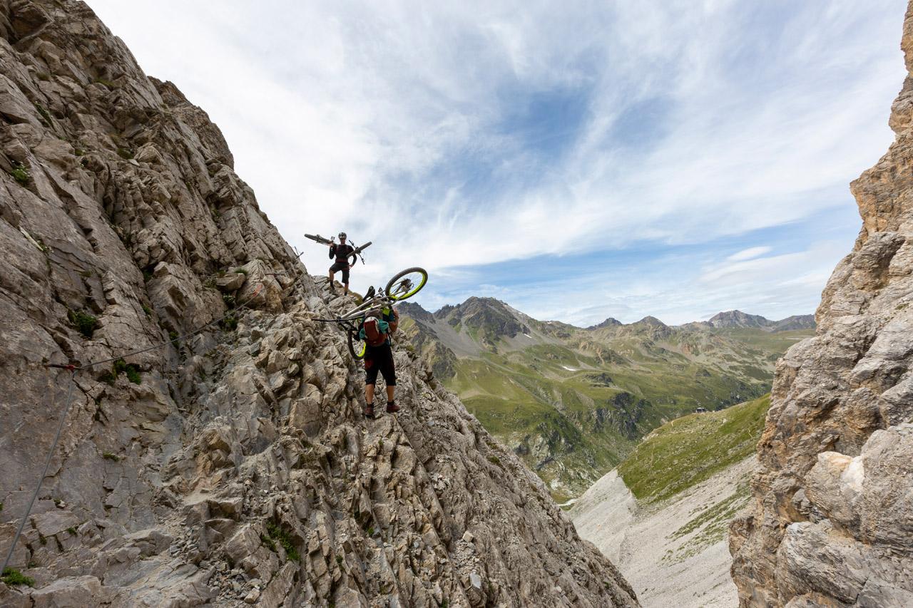 Stefan Eberharter trägt sein Mountainbike