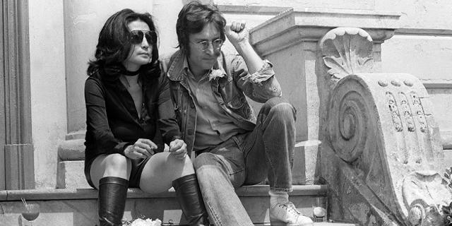 1971: John Lennon und seine Frau Yoko Ono sitzen auf einer Stiege