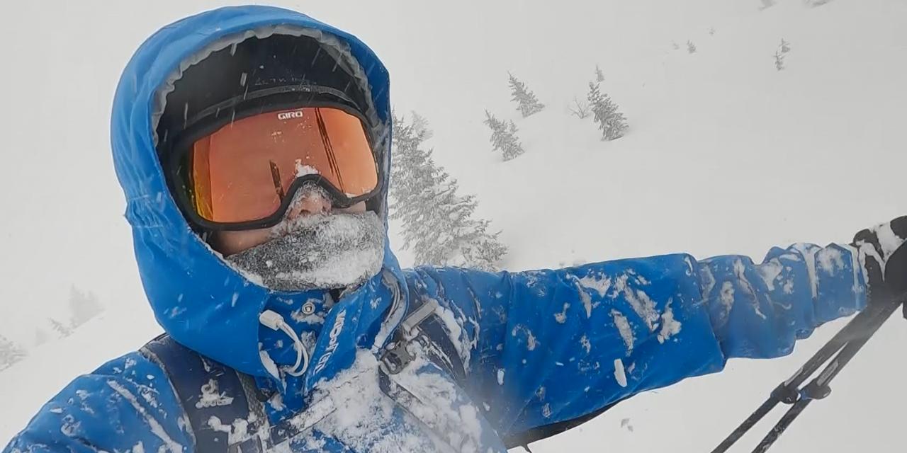 Skifahrer bei Schneefall