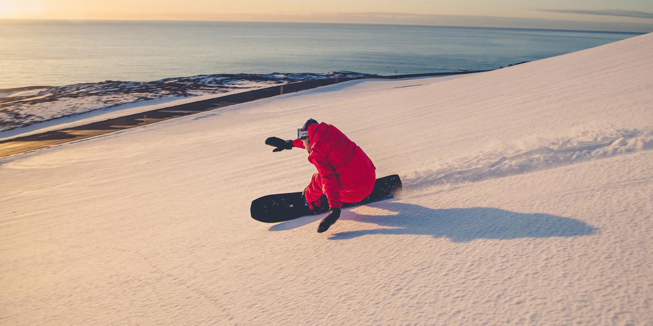 """Filmstill aus """"Fjord Lines"""": Snowboarder Runar Petur fährt auf Meer zu"""