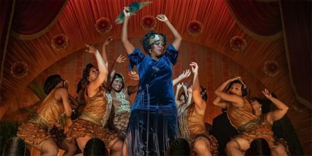 Ma Rainey umgeben von Tänzerinnen auf der Bühne