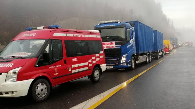 Kolonne LKW mit Hilfsgütern