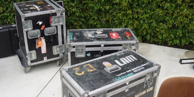Flight Cases mit Stickern, zB von einer Band auf Tour
