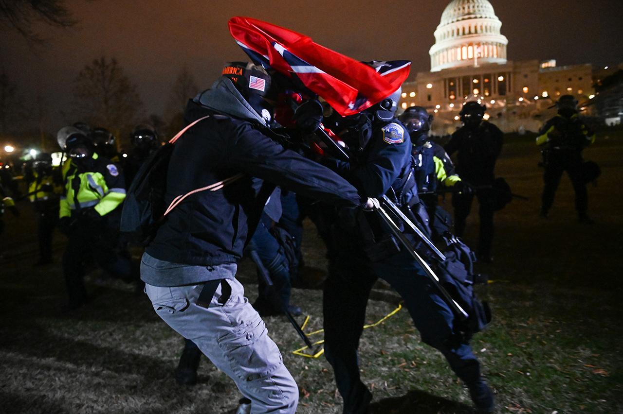 Vor dem Kapitol in Washington: Polizist und Protestierer treffen gewaltsam aufeinander