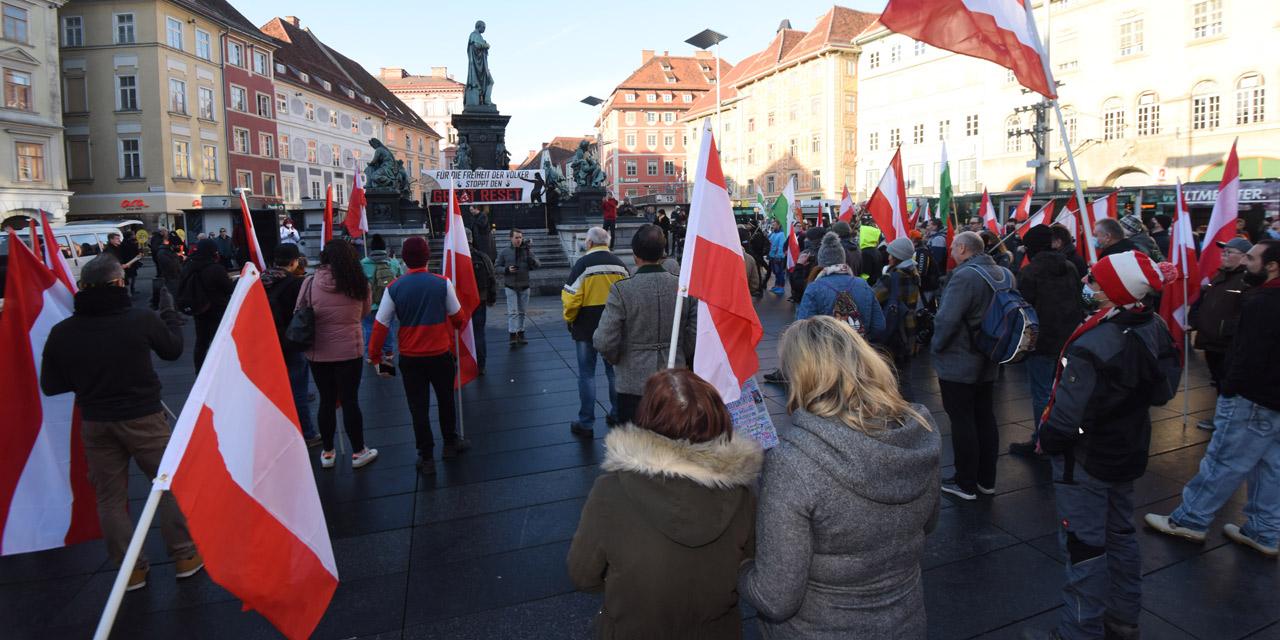 """Menschen bei einer sogenannten """"Corona-Demo"""" in Graz am 9.1.2021"""