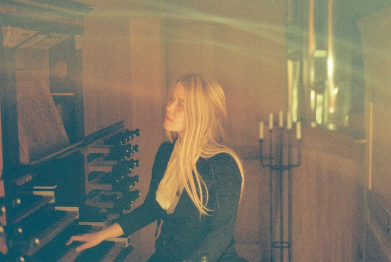 Anna von Hausswolff sitzt an einer Orgel