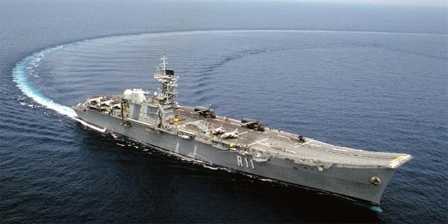 Spanisches Kriegsschiff vollzieht eine Wende