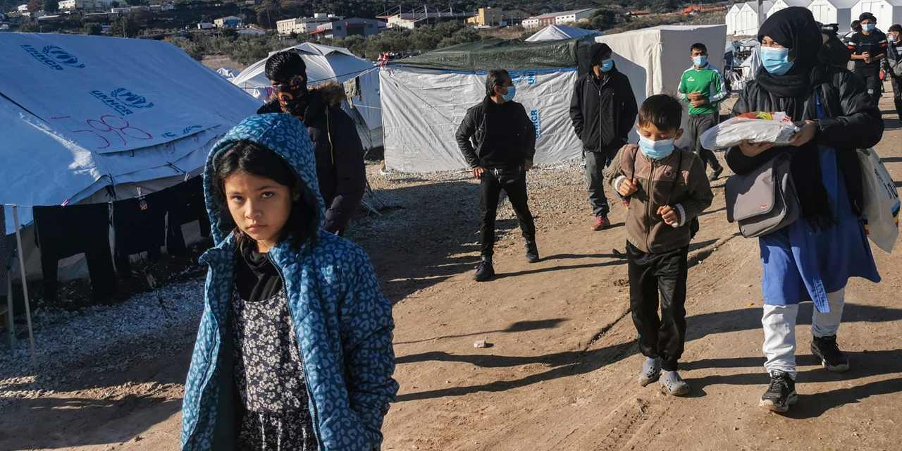 Kinder im schlammigen Flüchtlingslager Kara Tepe auf Lesbos