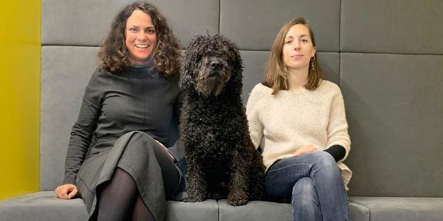 Flüsterzweieck: Antonia Stabinger und Ulrike Haidacher vor den FM4 Studios