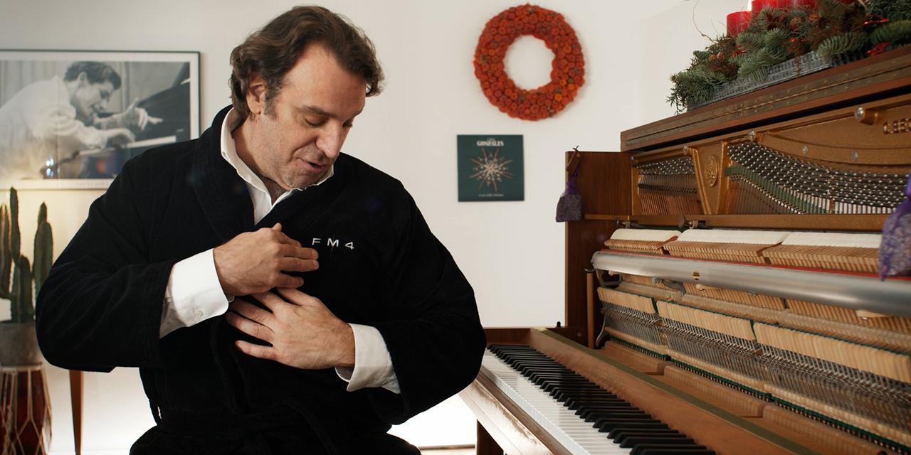 Chilly Gonzales sitzt in einem Bademantel von FM4 am Klavier