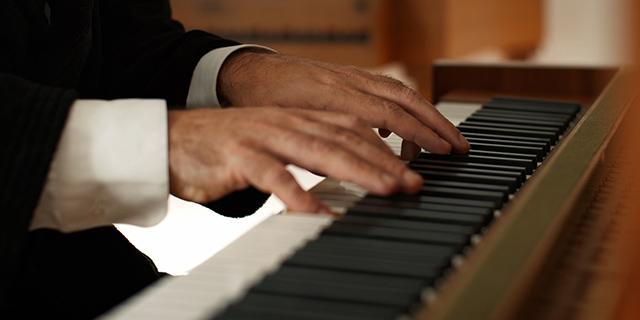 Chilly Gonzales' Hände beim Klavierspielen
