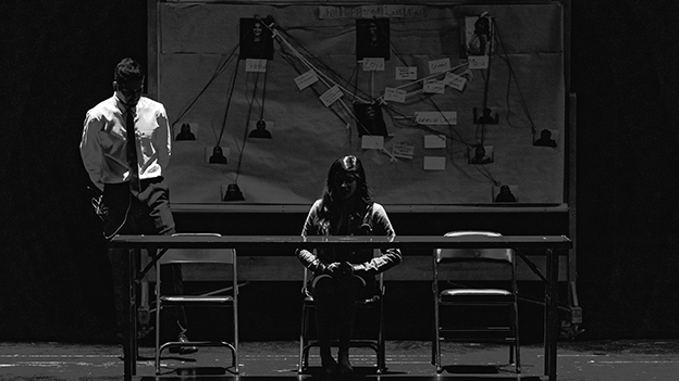 Mann und Frau im Dunkeln